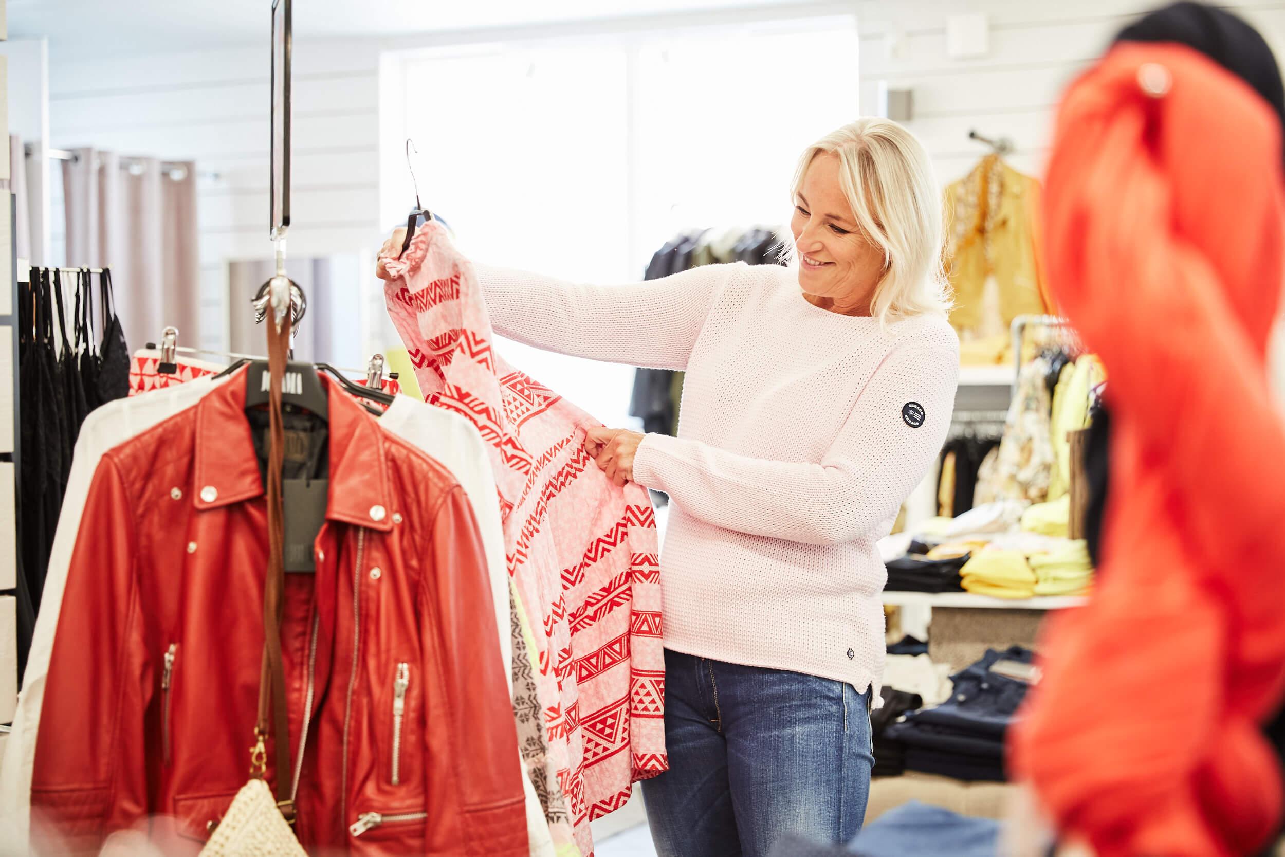 Sommarmode och inredning i Klåvas butiker med utbud för hela familjen.